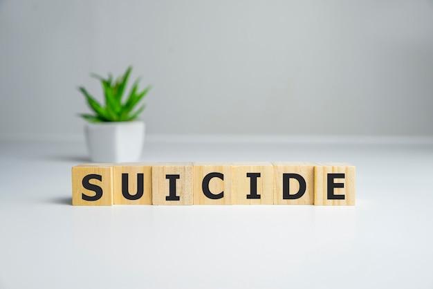 Texto da palavra suicídio escrito em cubos de madeira