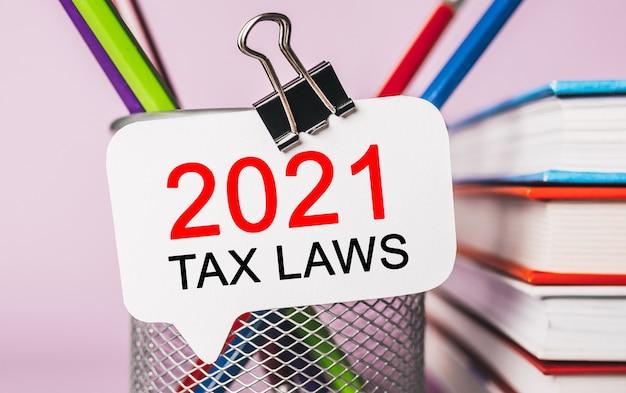 Texto de 2021 leis tributárias em um adesivo branco com espaço de papelaria de escritório