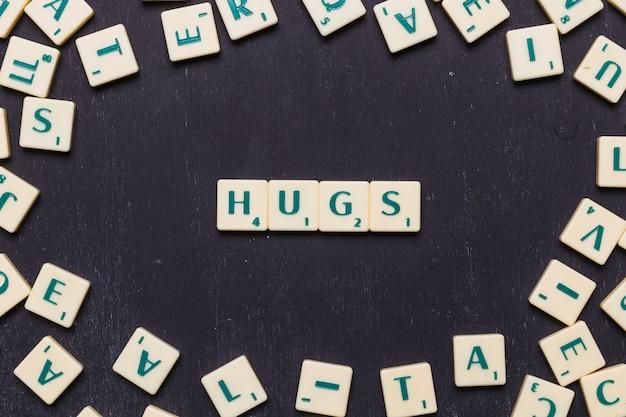 Texto de abraços dispostos em uma linha sobre fundo preto
