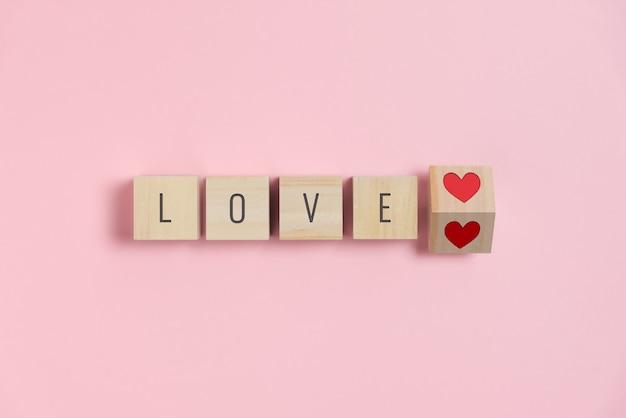 Texto de amor com coração vermelho em cubos de madeira