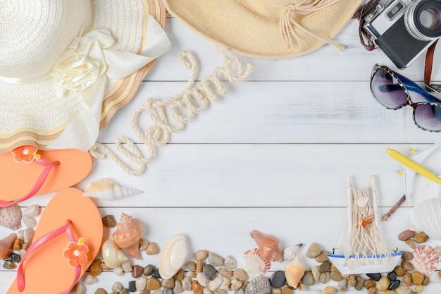Texto de boas vindas com acessórios de verão, sandálias e shell