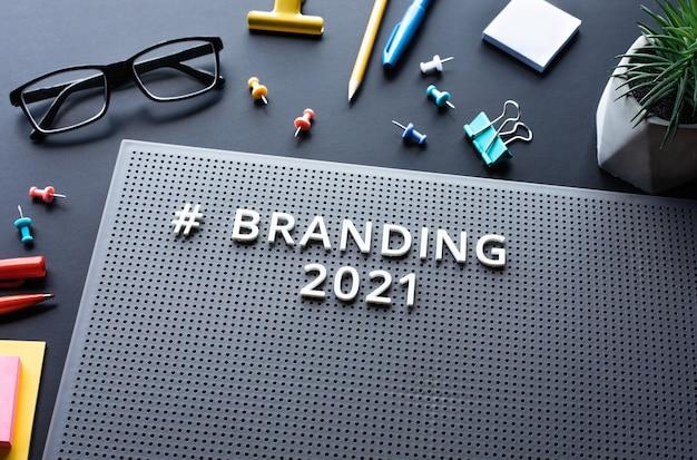 Texto de branding 2021 na mesa moderna. criatividade empresarial. marketing e estratégia para o sucesso. sem pessoas