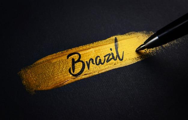 Texto de caligrafia do brasil em traçado de pincel de tinta dourada