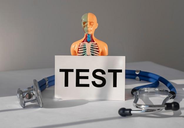 Texto de conceito de teste médico em papel humano saudável