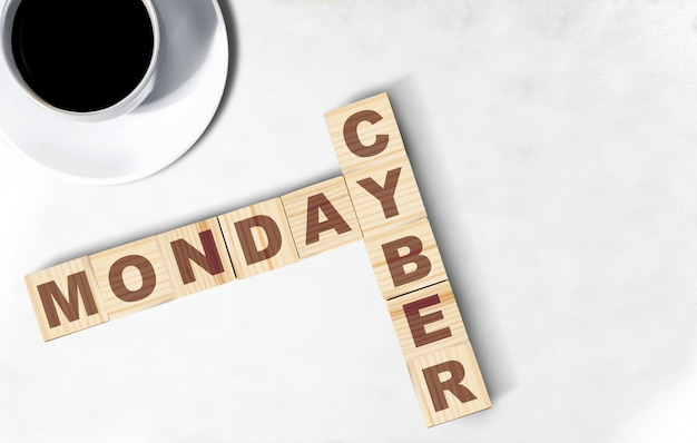 Texto de cyber monday no cubo de madeira em cima da mesa