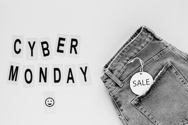Texto de cyber segunda-feira ao lado de jeans com etiqueta de venda
