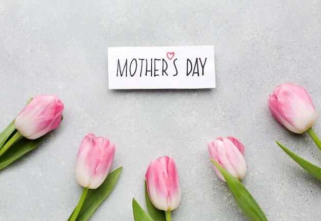 Texto de dia das mães com tulipas ao redor