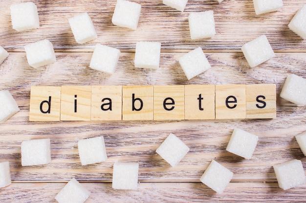 Texto de diabetes em cubos de açúcar na mesa de madeira