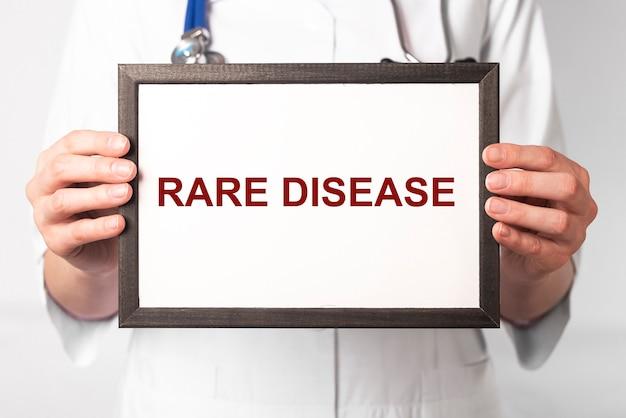 Texto de doença rara no papel nas mãos do médico