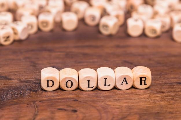 Texto de dólar escrito em blocos de madeira
