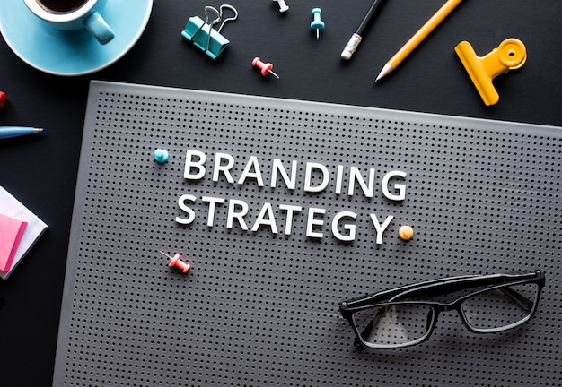 Texto de estratégia de branding na criatividade desk.business moderna.