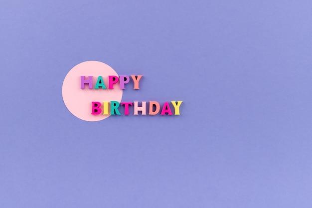 Texto de feliz aniversário com letras coloridas de madeira