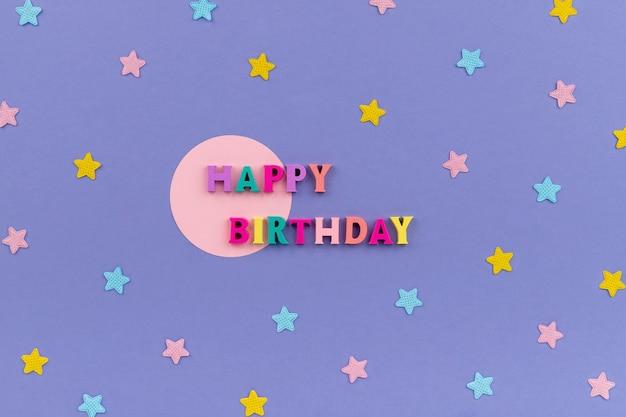 Texto de feliz aniversário de letras coloridas de madeira.