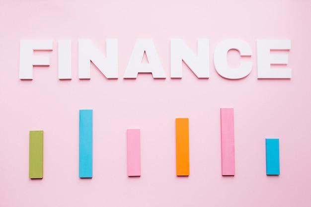 Texto de finanças branco sobre o gráfico de barras colorido no fundo rosa