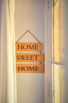 Texto de lar doce lar em uma placa de identificação de madeira na entrada de um conceito de decoração de casa