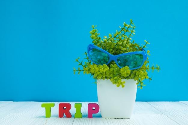 Texto de letras de viagem e pequena árvore de decoração