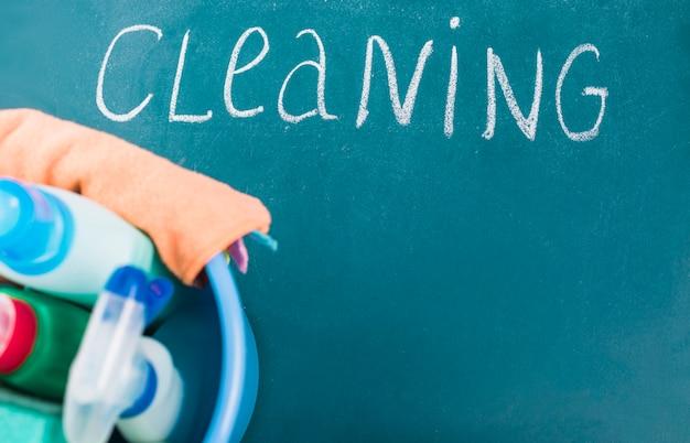 Texto de limpeza perto de equipamentos na cesta em fundo azul