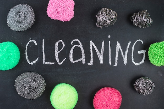 Texto de limpeza, rodeado por vários scrubs no quadro-negro