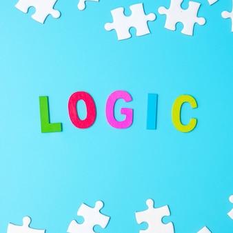 Texto de lógica com peças de quebra-cabeça brancas sobre fundo azul. conceitos de pensamento lógico, enigma, soluções, racional, estratégia, dia da lógica mundial e educação