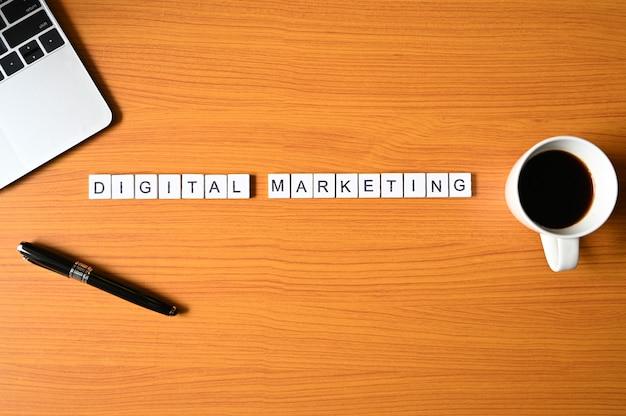 Texto de marketing digital com caneta e computador portátil, negócios