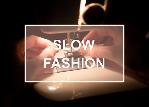 Texto de moda lenta durante a noite aconchegante foto de mãos de alfaiate com máquina de costura close-up.