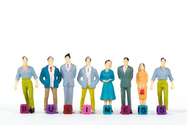 Texto de negócios e empresário de miniatura de grupo ou figura