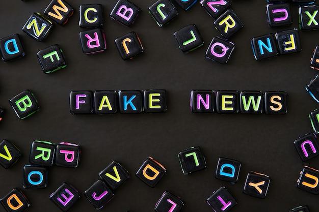 Texto de notícias falsas em cubos pretos