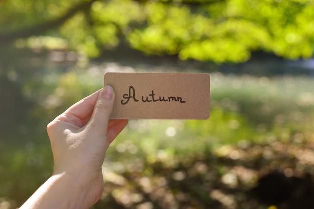 Texto de outono em um cartão