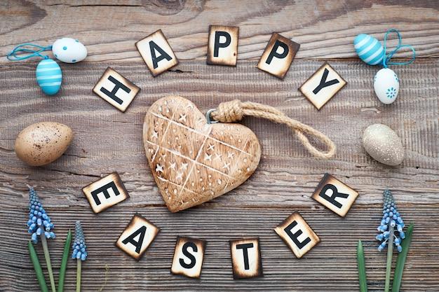 Texto de páscoa feliz em madeira rústica com coração de madeira maciça