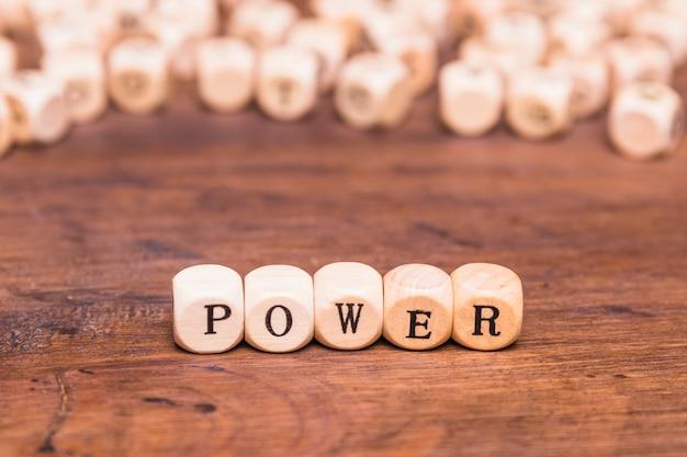Texto de poder escrito na mesa de madeira