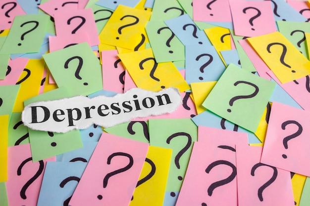 Texto de síndrome de depressão em notas auto-adesivas coloridas