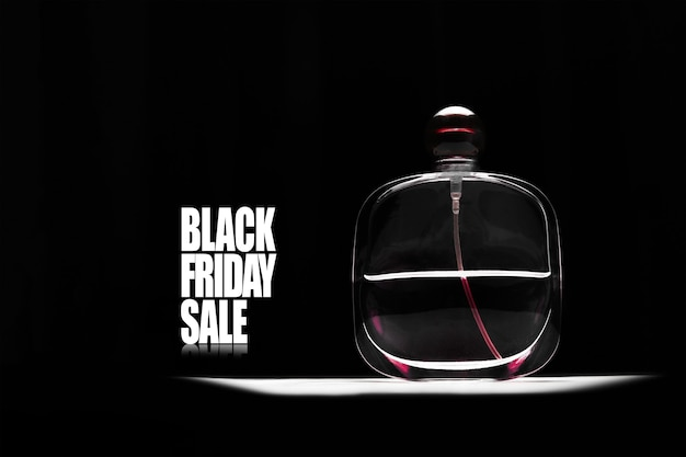Texto de venda sexta-feira negra e frasco de perfume oval em fundo preto.