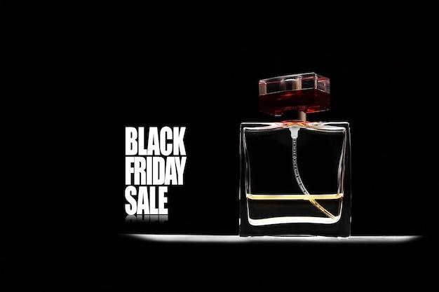 Texto de venda sexta-feira negra e frasco de perfume quadrado em fundo preto.