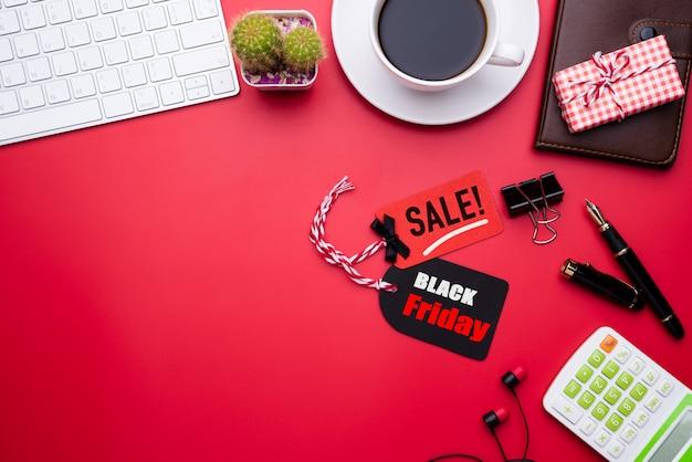 Texto de venda sexta-feira negra em uma etiqueta vermelha e preta