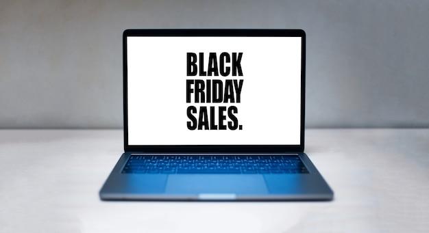 Texto de vendas de sexta-feira negra, na tela branca do laptop.