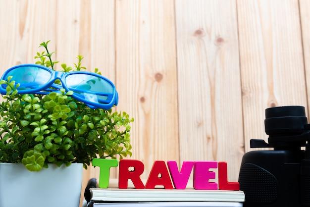 Texto de viagem e papel de caderno, pequeno e binocular