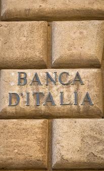 Texto do banca d'italia (banco da itália) em uma velha parede perto da entrada do instituto em lecce