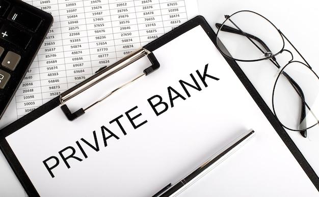 Texto do banco privado com calculadora, óculos e caneta no fundo do gráfico