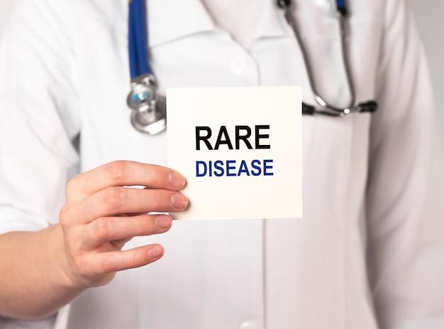 Texto do dia da doença rara no papel na mão