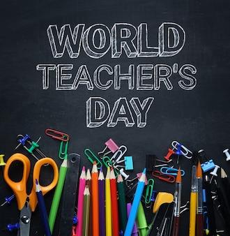 Texto do dia mundial do professor. escola estacionária na vista superior do quadro-negro