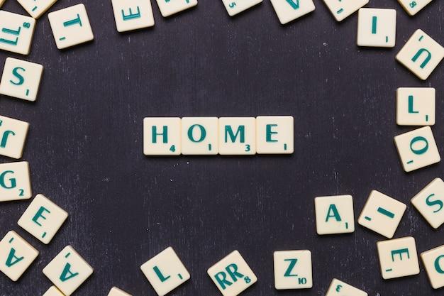 Texto em casa, organizado em uma linha sobre fundo preto