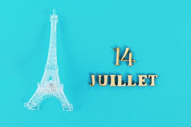 Texto em francês bom 14 de julho. miniatura da torre eiffel. o dia da captura do