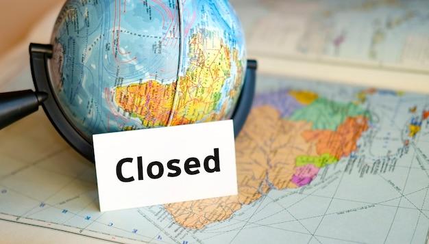 Texto em uma folha branca no globo no fundo azul do mapa do atlas