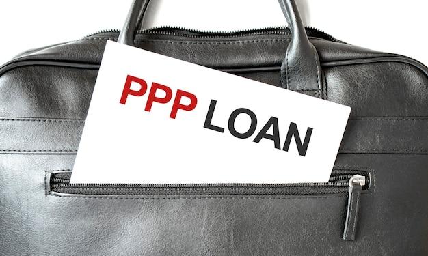 Texto empréstimo ppp escrito em merda de papel branco na sacola preta de negócios. conceito de negócios