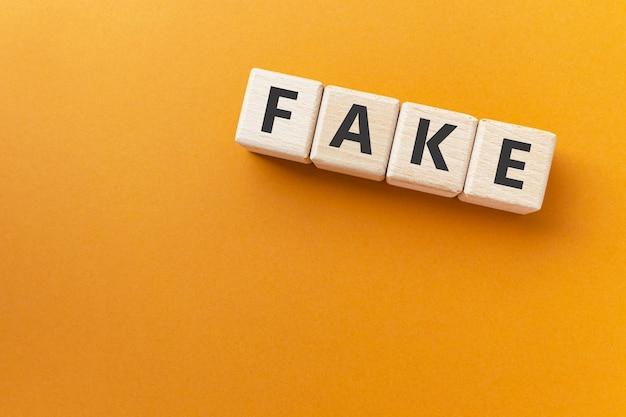 Texto falso em cubos de madeira não genuíno falsificado