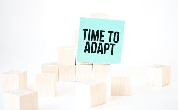 Texto: hora de adaptar a escrita em escada de cubo de cartão verde