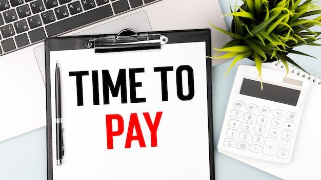 Texto hora de vender na área de transferência. cofrinho, moeda, máquina de calcular em gráficos, documentos e fundo de gráficos.