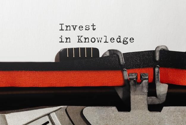 Texto invista em conhecimento digitado em máquina de escrever retrô