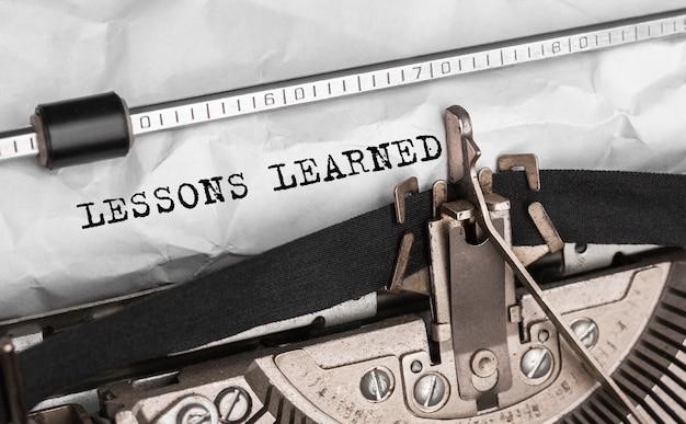 Texto lições aprendidas digitado em máquina de escrever retrô