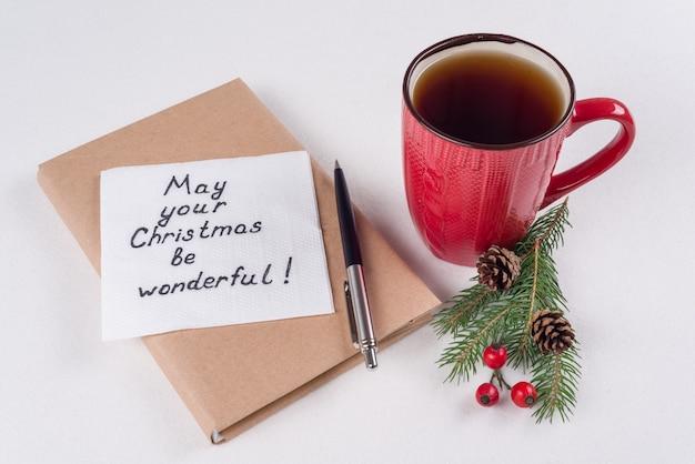 Texto manuscrito com desejos em um guardanapo para o natal